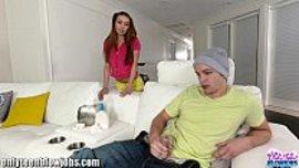 امرأة سمراء شابة يضع قضيبك في فمها ويبدأ في امتصاصه بشكل جيد