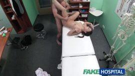 هذا الطبيب يمارس الكثير من الجنس معها على مكتب المكتب