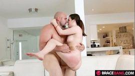 إنها تقفز بين ذراعيه لأنها نشطة