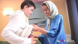 مفاجأة للفتى الشاب يمارس الجنس لأول مرة مع فتاة عربية محجبة نحيفة لكن خبيرة في الجنس