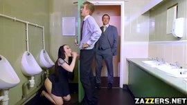 موظفة شرموطة تعشق الزب تمص زب زميلها الثخين في الحمام و المدير يقفشهم