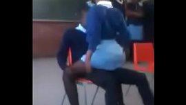 تلميذة هندية تترك جمسها لزميلها يداعبها و ينيكها في الفصل