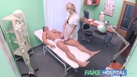 الدكتورة السكسية تغري مريضها الوسيم باهيج مص زب و تسمله جسمها لينيكها منه