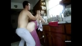 أنيك أمي البيضاء السمينة في المطبخ وأصورها بدون أن تدري