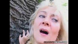 الناضجة الشقراء الممحونة تتناك بالخارج تحت الشجرة حتى القذف على وجهها