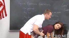 المعلم يتحرش بطالبته الممحونة في الفصل وينيكها على مكتبه