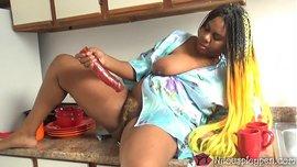 امرأة سوداء سمينة شهوتها تسخن و تستمني بالزب الأحمر في المطبخ