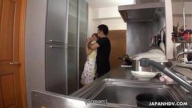 سكس جانج بانج ياباني ربة المنزل المتزوجة تتناك جماعي في منزلها