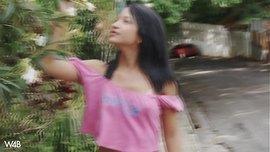 فتاة مراهقة جميلة تتعرى وتلعب في كسها الصغير على السطوح