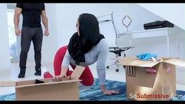 فتاة محجبة صاروخ تفنس لأخوها مدمن السكس تريد منه أن يعاملها كعبدته