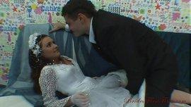 سكس ليلة الدخلة العريس مع عروسته يقلعها ويفتح كسها البكر لأول مرة