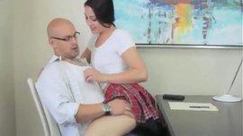 مراهقة ممحونة للغاية طلب من ابوها ان تجرب معه السكس لأول مرة