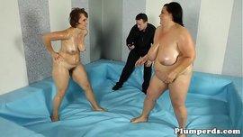 امرأتين عاريتين من الوزن الثقيل تتقاتلان قتال ينتهي بنيك ثلاثي ساخن للغاية من المدرب