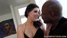 الزوجة الخائنة تتناك لأول مرة من زب أسود كبير