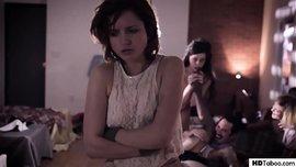 أورجي سكس ساخن الرجل الغني يمارس الجنس مع مجموعة من الفتيات الساخنات في منزله