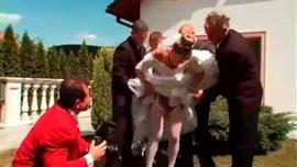 سكس جماعي رهيب مع عروس بفستانها الابيض