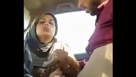 فتاة هندية محجبة تمص زب حبيبها في السيارة وتتناك منه في كسها الممحون