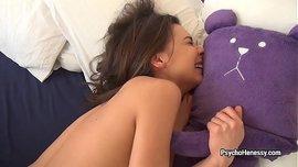 الفتاة الساخنة تركب على الزب المطاطي وتنيك نفسها حتى تتلوى من الرعشة الجنسية