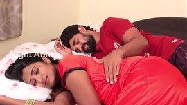 رجل هندي يوقظ زوجته النائمة بقبلات حامية لينكيها من كسها و يريح محنة زبه