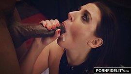 نجمة البورنو الشهيرة أنجيلا وايت تتناك بزبين أسودين كبار حتى القذف الثنائي في فمها