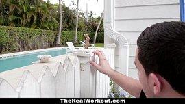 زوجة شابة مشتعلة الشهوة زوجها ينيكها في حمام السباحة