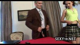 خبيرة النيك تعطي الشاب درس ساخن جدا في فنون الجنس الفيديو الإباحية