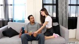 الابنة تغري أبوها حتى يمارس معها أحلى سكس محارم