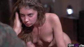 الزوجة العارية تتناك في كسها المشعر أمام زوجها الخول وتمص زب نياكها