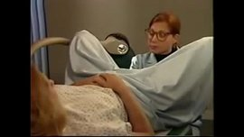 طبيبة أمراض النساء تلعب في طيز و كس المريضة في بداية ممارسة سحاقية