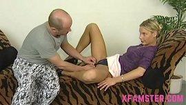 بنته تحب الجنس الشرجي وتأخذ زبه المتين في كسها وطيزها ويقذف على وجهها