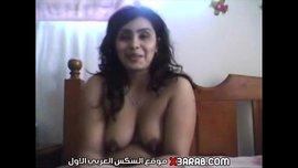 شرموطة مصرية تكلم صاحبها الامريكاني علي النت عريانة وتلعب في كسها وبزازها بالجزر