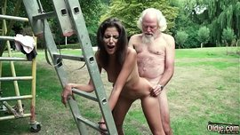 الرجل العجوز يلعب لعبة سكس مع الفتاة الصغيرة حتى يمارس معها الجنس الساخن في الحديقة