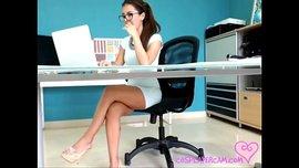 سكرتيرة سكسي ساخنة تشاهد أفلام السكس و تلعب في كسها خلال العمل