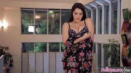 نجمة البورنو الإيطالية الرهيبة فالنتينا نابي تلعب في كسها المشعر وتستمني حتى الرعشة