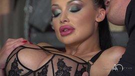 نجمة البورنو الإباحية أليتا أوشن في نيكة مزدوجة وعي ترتدي ملابس جلدية مثيرة