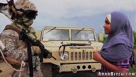 فتاة محجبة سوداء ممحونة تمص زب الجندي الأميركي الأسمر الكبير