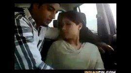 فتاة هندية جميلة تمص الزب في السيارة