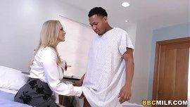 طبيبة سويدية تهيج على زب الأسود و تمص و تركبه