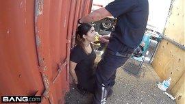 الفتاة اللاتينية الساخنة تمص زب الشرطي بالشارع حتى تفلت من العقاب