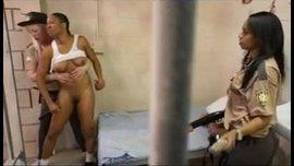سحاق ثلاتي في زنزانة مع حارسة السجن