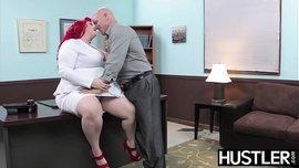 السمينة السكسي ذات الشعر الأحمر تتناك في المكتب حتى يغرقها نياكها بالمني