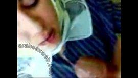 سكس عربي محجبة ترضع الزب حتى يقذف اللبن في فمها