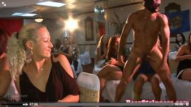 اجمل متعة سكس مع عدة فتيات في حفلة جنسية ساخنة جدا