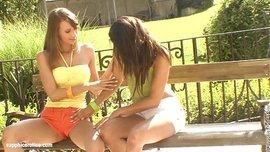 ممارسة السحاق في العلن فتاتين ممحونتين على الأخر يغلبهما الشوق للحس الكس والبعبصة في الحديقة