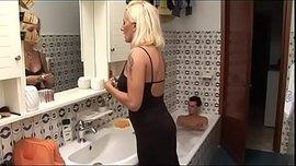 سكس امهات جاهزة لنيك تدخل على ابنها الحمام وتركب زبه