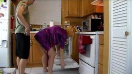 شاب وامه في المطبخ