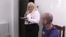 مفلس ، سكرتيرة شقراء يمارس الجنس مع الرجل الذي وظفها للقيام بعمله