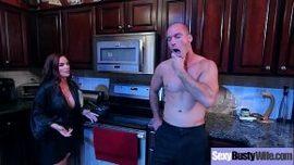 يضع أصابعه في بوسها في المطبخ