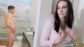 ينيك زوجة ابيه في الحمام