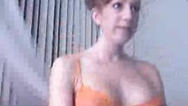 في سن المراهقة ممثلة كاميرا ويب خلع ملابسه